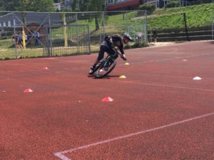 Die Vorübungen zur perfekten MTB Fahrtechnik trainieren wir meist auf einem großem ebenen Platz. So können wir uns ganz auf die einzelnen Übungen konzentrieren.