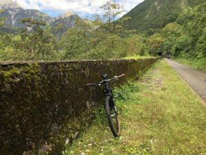 Auf den Eisenbahntrassen kommen wir bei der Alpe Adria Genusstour immer wieder durch alte Bahntunnel.