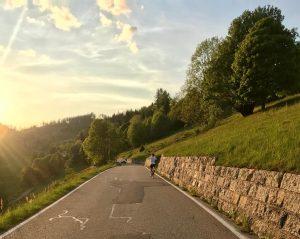 Rennradfahrerin auf Nebenstraße im Schwarzwald beim beitune Rennrad-Wochenende