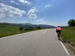 Rennradfahrer und Windräder im Schwarzwald beim beitune Rennrad-Wochenende