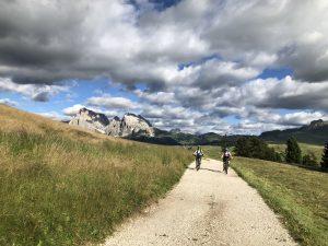 Fahrt der Teilnehmer über die Seiser Alm bei der beitune Transalp Zillertal-Gardasee