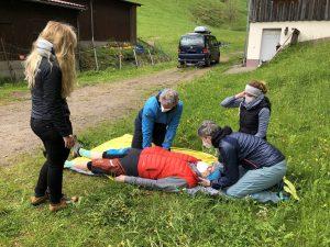 Zwei Personen üben die stabile Seitenlage beim beitune Outdoor-Erste-Hilfe-Kurs
